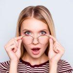 casino sans depots - femme etonee portant des lunettes