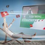 homme en costume assis sur chaise longue gagnant a un jeu dargent en ligne