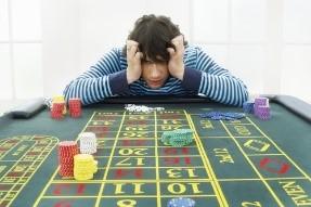 table de jeu-homme qui se prend la tete a deux mains